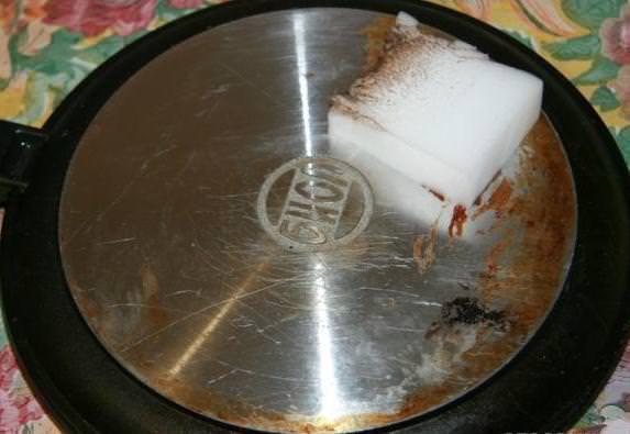 Чистка сковороды меламиновой губкой