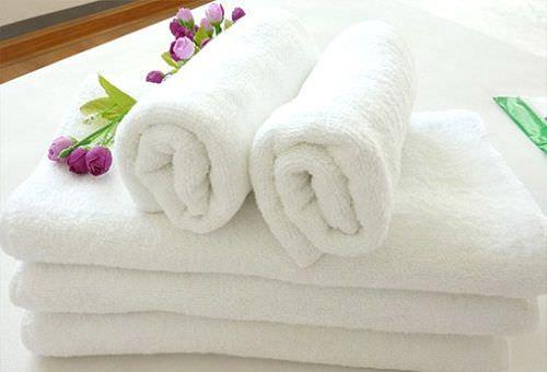 Белые полотенца в рулонах