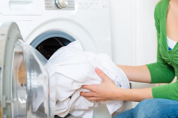 Белые вещи кладут в стиральную машину