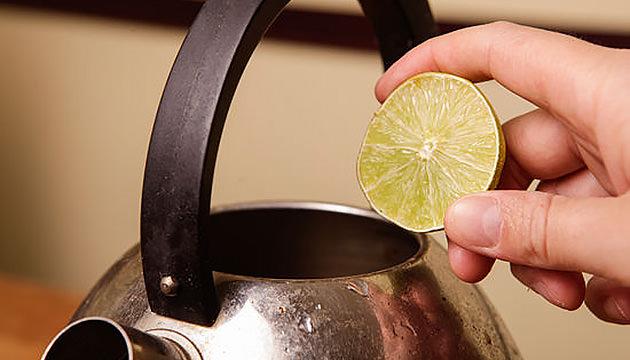Металлический чайник и лимон