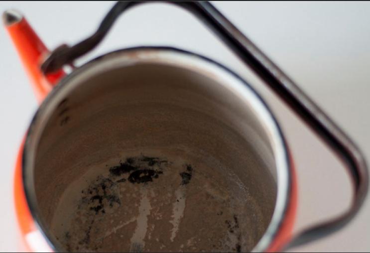Эмалированный чайник с накипью