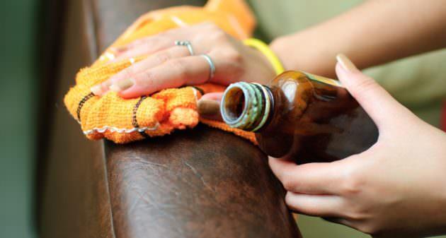 Чистка мебели специальным средством