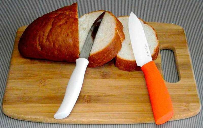 Нарезанный батон и ножи