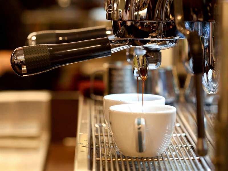 Кофемашина варит кофе