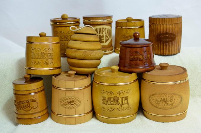 Мед в деревянных бочках