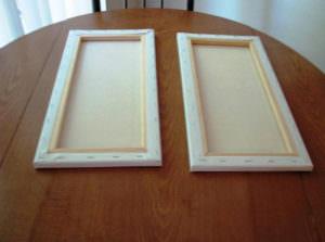 Две картины на столе