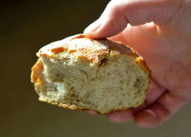 Мякиш хлеба для очистки дублёнки от жирных пятен