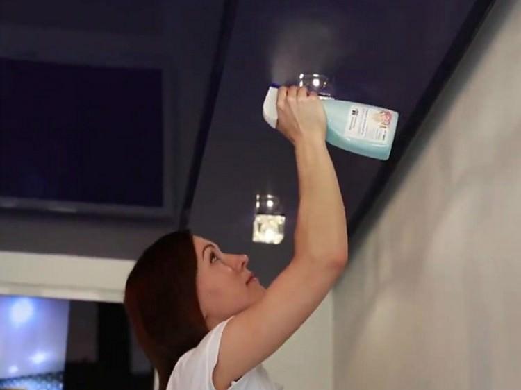 Девушка чистит потолок спреем