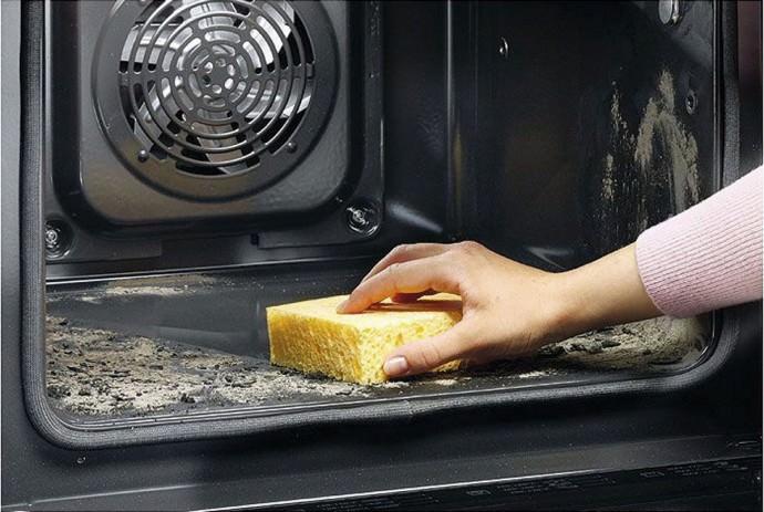 Чистка духовки губкой