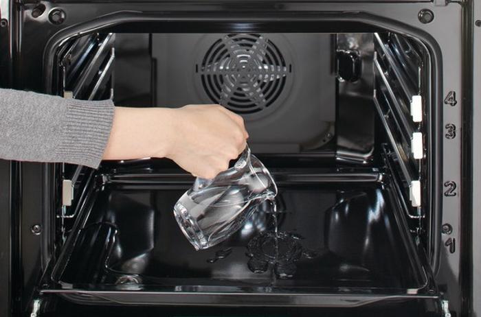 Подливают воду в духовку