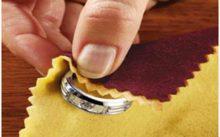Сереьбряной кольцо протирается салфеткой