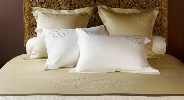 Набор подушек на кровати