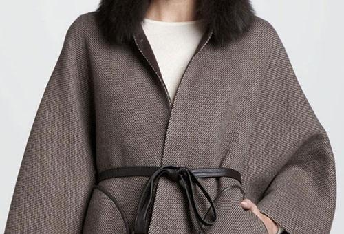 Серое пальто на девушке