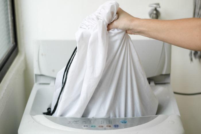 Достаем вещи из стиральной машины