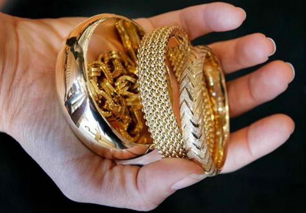 Золотые украшения в руках