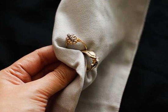 Золотые украшения в ткани