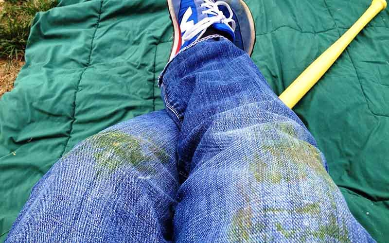 Пятна от травы на коленках