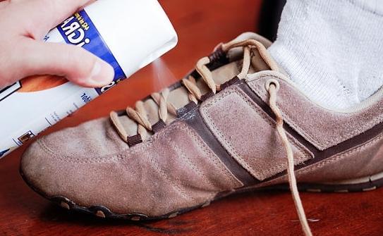 Брызгают спреем на ботинки