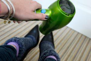 rastyanut obuv4 300x200 - Как растянуть обувь в домашних условиях - натуральную, замшевую и искусственную: спреем, в носках и т