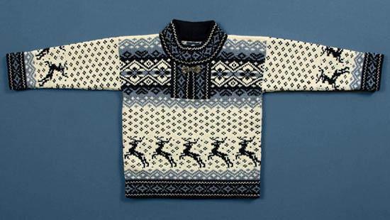 Сушка свитера на столе