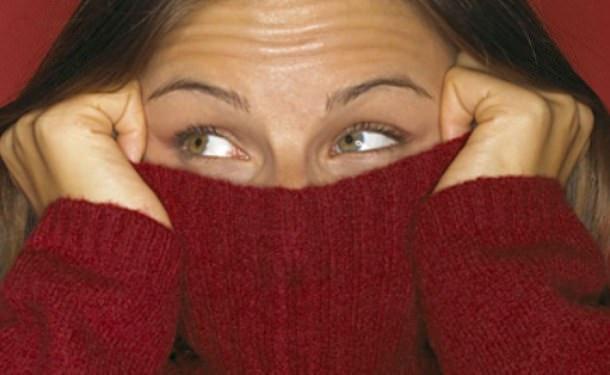 Девушка натянула свитер до глаз