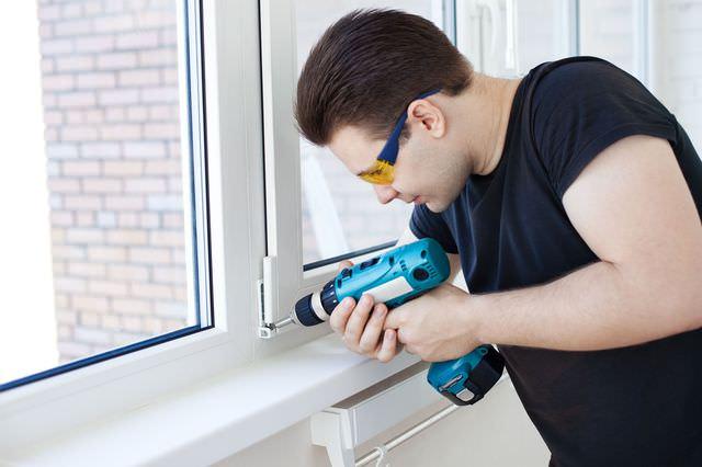 Мужчина регулирует окна