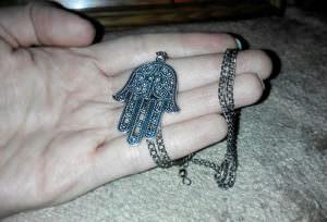 Серебряный кулон в форме руки