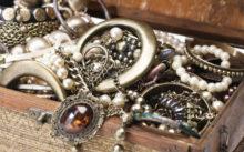 Серебряные украшения в сундучке