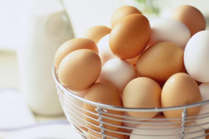Свежие яйца в корзине
