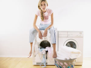 Девушка сидит на стиральной машине