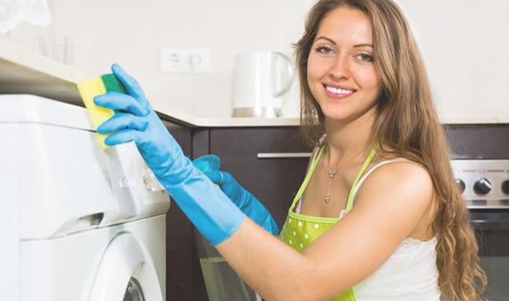 Девушка моет стиральную машину