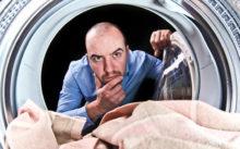Мужчина смотрит в барабан стиралки