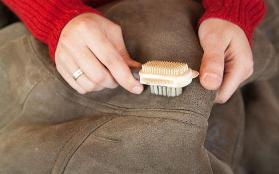 Чистка замшевой куртки щеткой