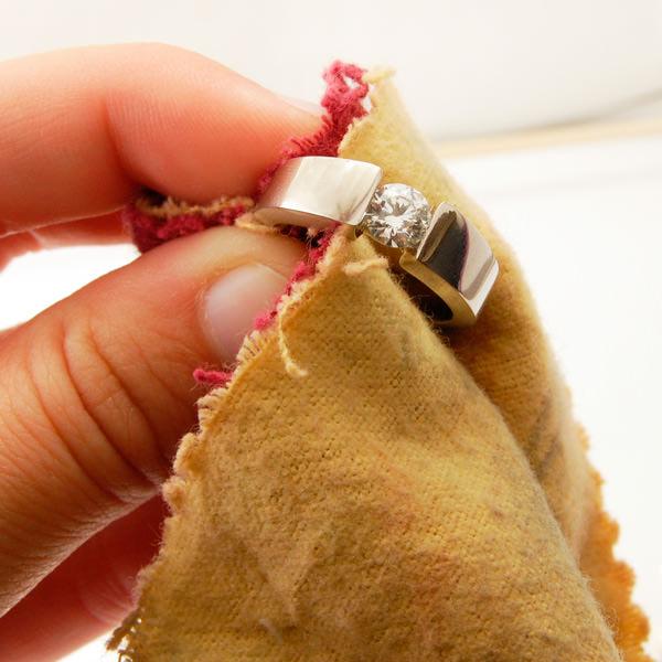 Чистка золотого кольца с бриллиантом